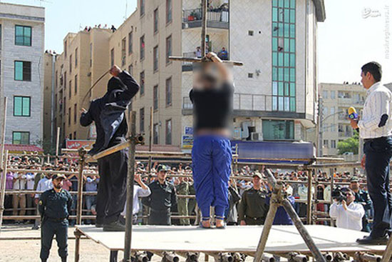 تصاویر پخش شده از لحظه شلاق خوردن آدمخوار کرجی در انظار عمومی