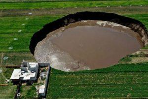 پدیدار شدن گودال با عمق 15 و قطر 30 متر در مکزیک + عکس