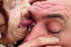 تشخیص بیماری با لیس زدن به چشم آنها + عکس