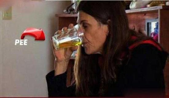 این زن معتاد به خوردن ادرار خود است + عکس