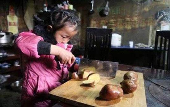 این کودک 5 ساله پرستار دو پیرزن است + عکس