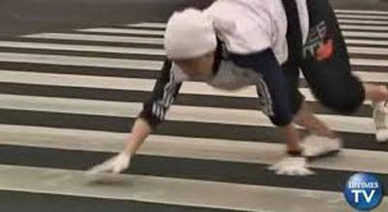 حرکت جالب این پسر که مثل میمون ها راه می رود + عکس