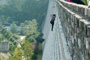 زنی که برای نخریدن بلیط مثل عنکبوت از این دیوار خطرناک بالا رفت + عکس