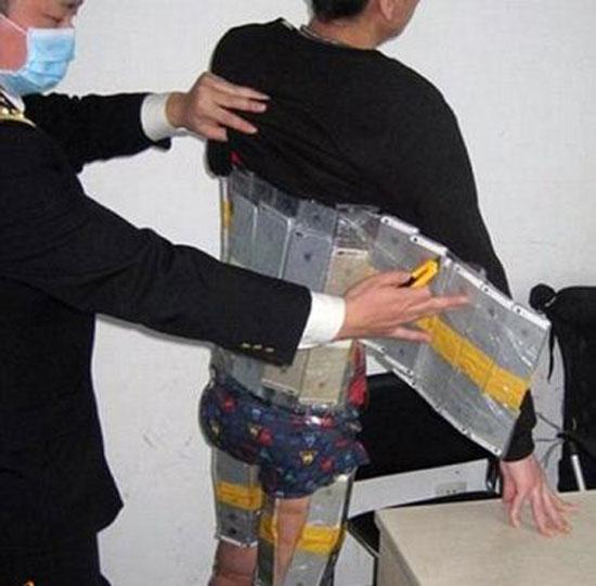 قاچاقچی که 100 گوشی آیفون را در خود جاساز کرد + عکس