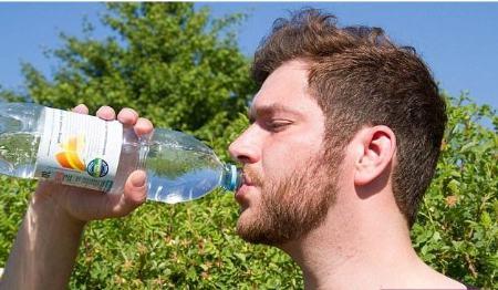 پسر جوانی که اگر روزی 20 لیتر آب ننوشد می میرد + عکس