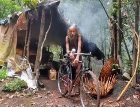 مرد هندی که بدون هیچ امکاناتی با حیوانات در جنگل زندگی می کند