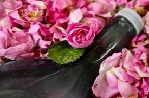 بهبود پوستهای خشک با گلاب