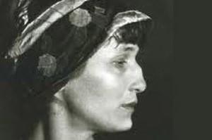 زنی که با هیتلر متولد شد (داستان)
