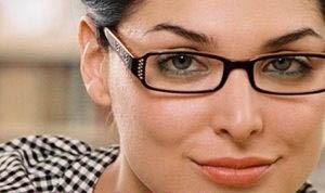 اگر به چشمانتان عینک می زنید اینگونه آرایش کنید