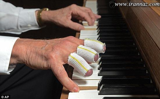 پیانو نوازی پیرمرد هنرمند با انگشتان قطع شده! (عکس)