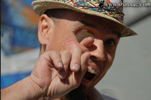 عبور همزمان انگشت از چشم و دهان این مرد!! (18+)