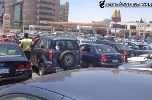 عکس خنده دار از تخته نرد بازی کردن در صف پمپ بنزین
