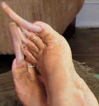 رضایت خودپسندانه این زن از ناخن های زشتش (عکس)