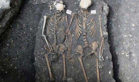 پیدا شدن جسد های رومئو و ژولیت در ژنو سوییس (عکس)