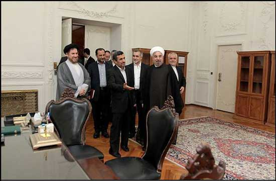 احمدینژاد دفتر رییسجمهور را تحویل حسن روحانی (عکس)