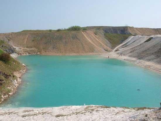 پشت این دریاچه زیبا مرگ وحشتناکی در انتظار است (عکس)