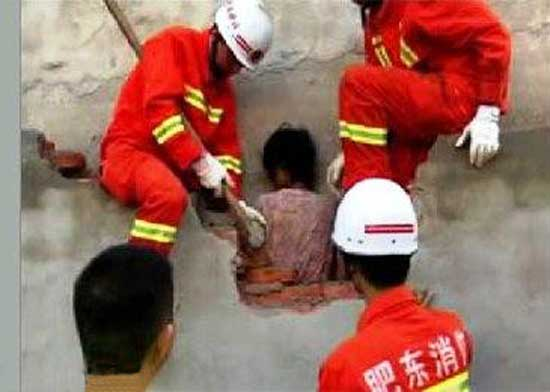 زنی که به خاطر تنبلی اش بین دو دیوار گیر کرد