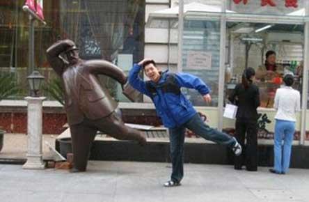 عکس های خنده دار از ژست های بامزه با مجسمه ها