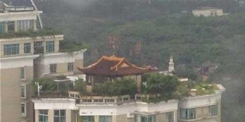 معبد بسیار عجیب بر روی بام یک آسمان خراش (عکس)