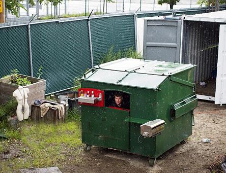 ساخت یک آپارتمان کوچک بوسیله سطل زباله (عکس)