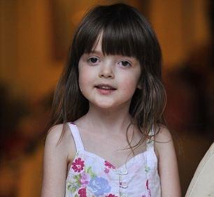 این دختر زیبا حتی با وزیدن بادی کوچک میمیرد (عکس)