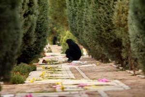 زنی كه هفده سال سر قبر پسرش زندگی کرد!