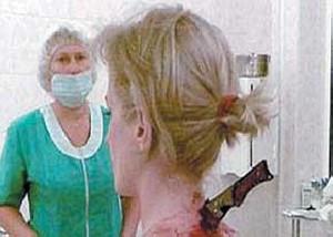 عكس یک زن با یک چاقو در گردنش!!(واقعی)