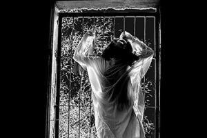 ارتباط جنسی زن زندانبان با زندانی 18ساله!!