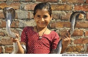 زندگی کردن یک دختر با مارهای كبری+عکس