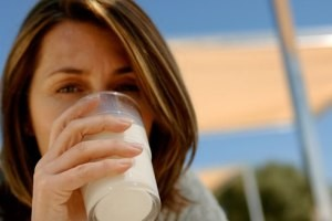 آیا مصرف شیر بدون چربی باعث چاقی می شود؟