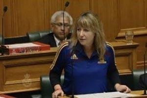 اخراج نماینده زن به دلیل پوشیدن لباس فوتبال