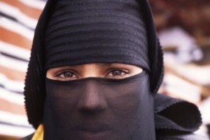 خرید و فروش ادرار شتر و شپش بین زنان عربستانی!!