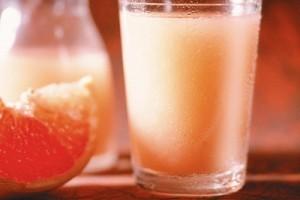 نوشیدن این آب میوهها باعث كاهش جذب دارو میشود