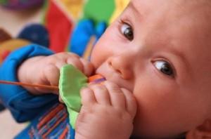 کمک به کودک در هنگام دندان در آوردن