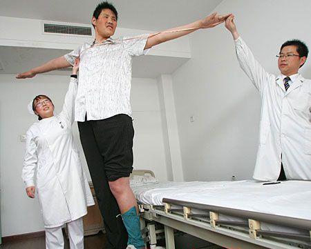 عكسی از بلند قد ترین مرد جهان