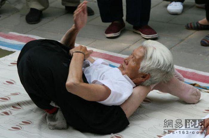 عکس های بدن انعطاف پذیر یك پیر زن یوگا كار