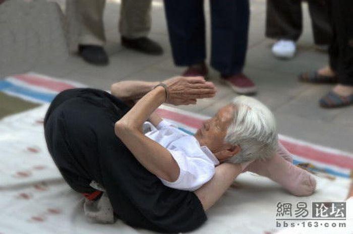 عکس های بدن انعطاف پذیر یک پیر زن یوگا کار