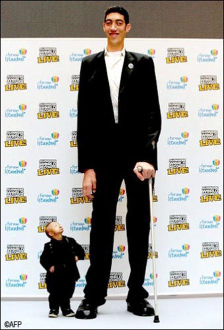 عکسهایی جالب از دیدار بلند قدترین و کوتاه قدترین مردان دنیا
