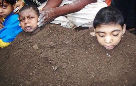 زنده به گور کردن کودکان در کود به امید شفا یافتن!! (+تصویر)