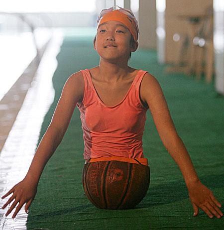 عكس از دختر چینی با نیمه ای از توپ بسکتبال و اراده ای فولادین
