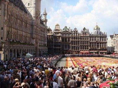 عکسهایی دیدنی از فرش ساخته شده از گلهای طبیعی در بلژیک