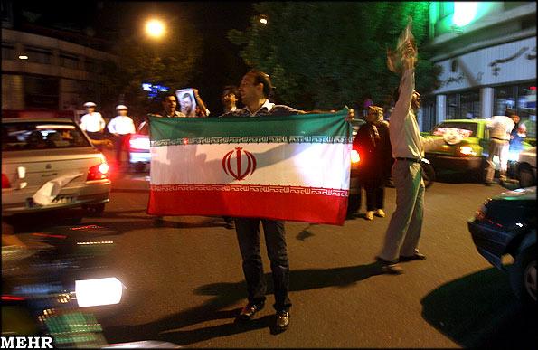 عكس از شادمانی حامیان احمدی نژاد در تهران