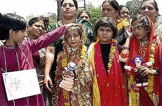 مراسم ازدواج دو دختر با قورباغه!!