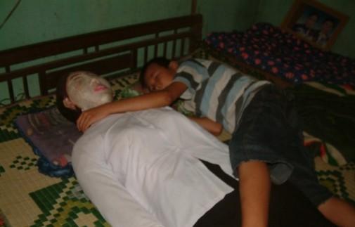 عکسهای مردی که 5 سال است هر شب کنار جسد همسرش میخوابد!!
