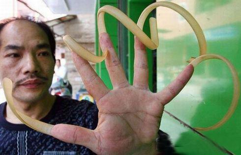 مردی که 17سال ناخنهایش را کوتاه نکرده! (تصویری)