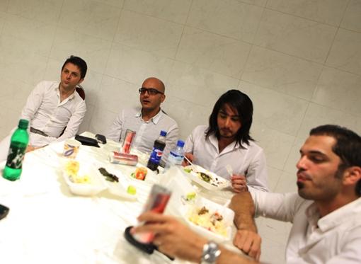 مسخره کردن برنامههای فارسی وان در کنسرت گروه آریان