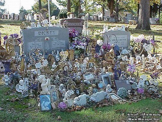 عکسهایی بسیار دیدنی از عجیب ترین سنگ قبرها