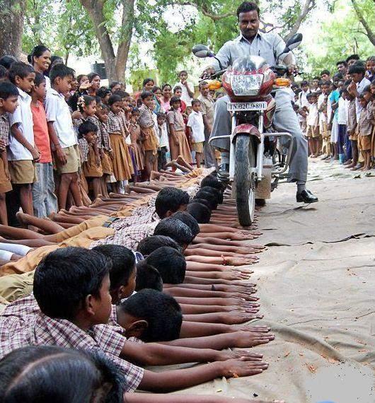مجازات باور نکردنی درس نخوندن در هند (تصویری)