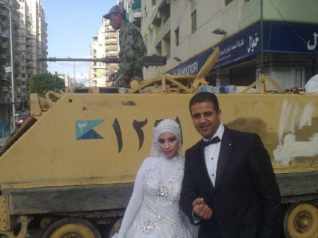 عکس عروسی زوج بی خیال در حضور معترضان مصر