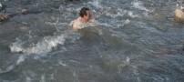 شنای مرد اردبیلی در آب یخ زده! (+عکس)